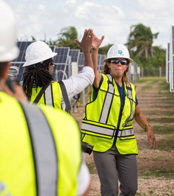 equipo de construcción en el centro solar de Miami Dade